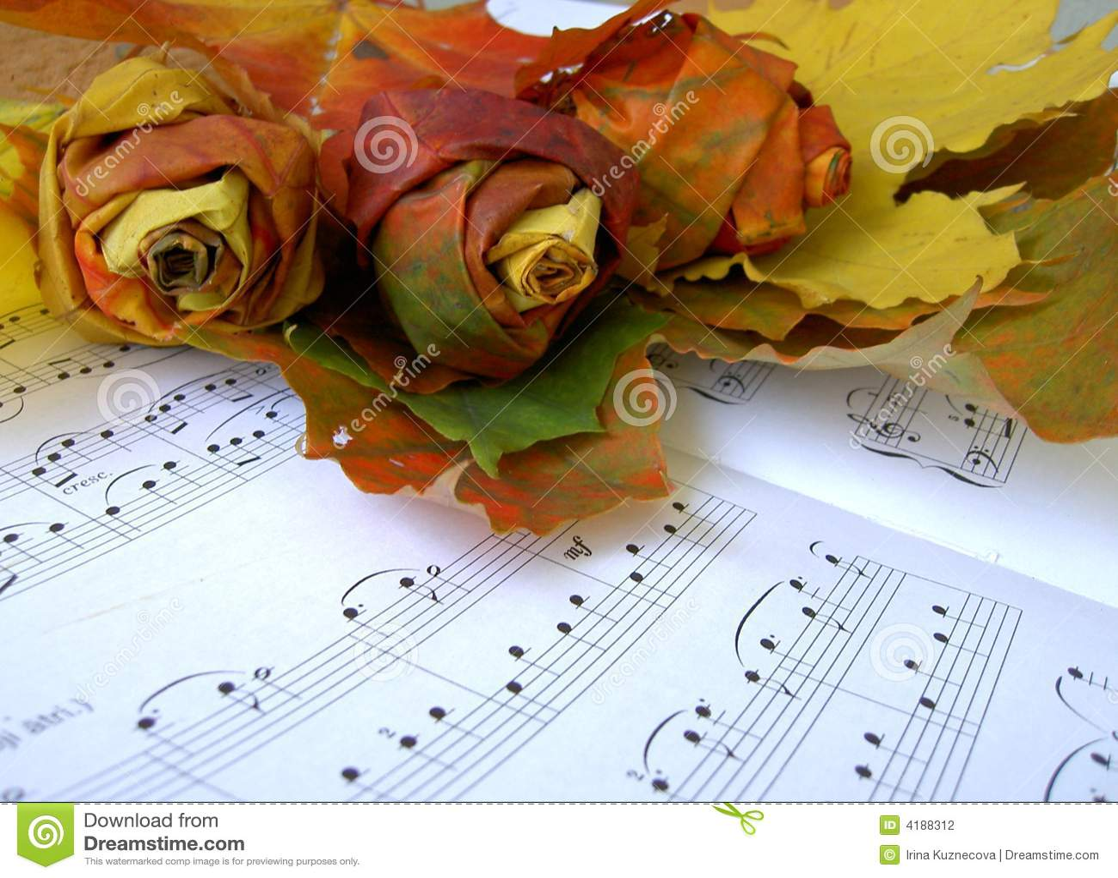 Rozen die van de herfstbladeren worden gemaakt bovenop muziekblad