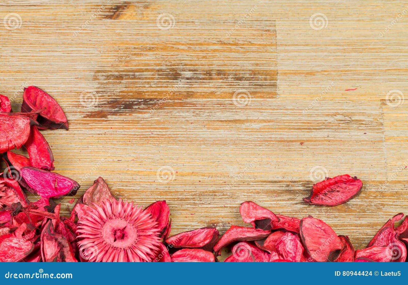 Rozenbloemblaadjes Op Natuurlijke Houten Lijstachtergrond