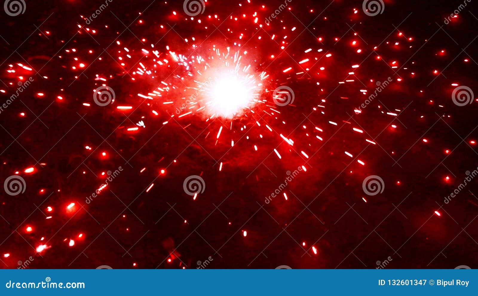 Rozjarzone petardy w deewali świętowaniu przy nocą