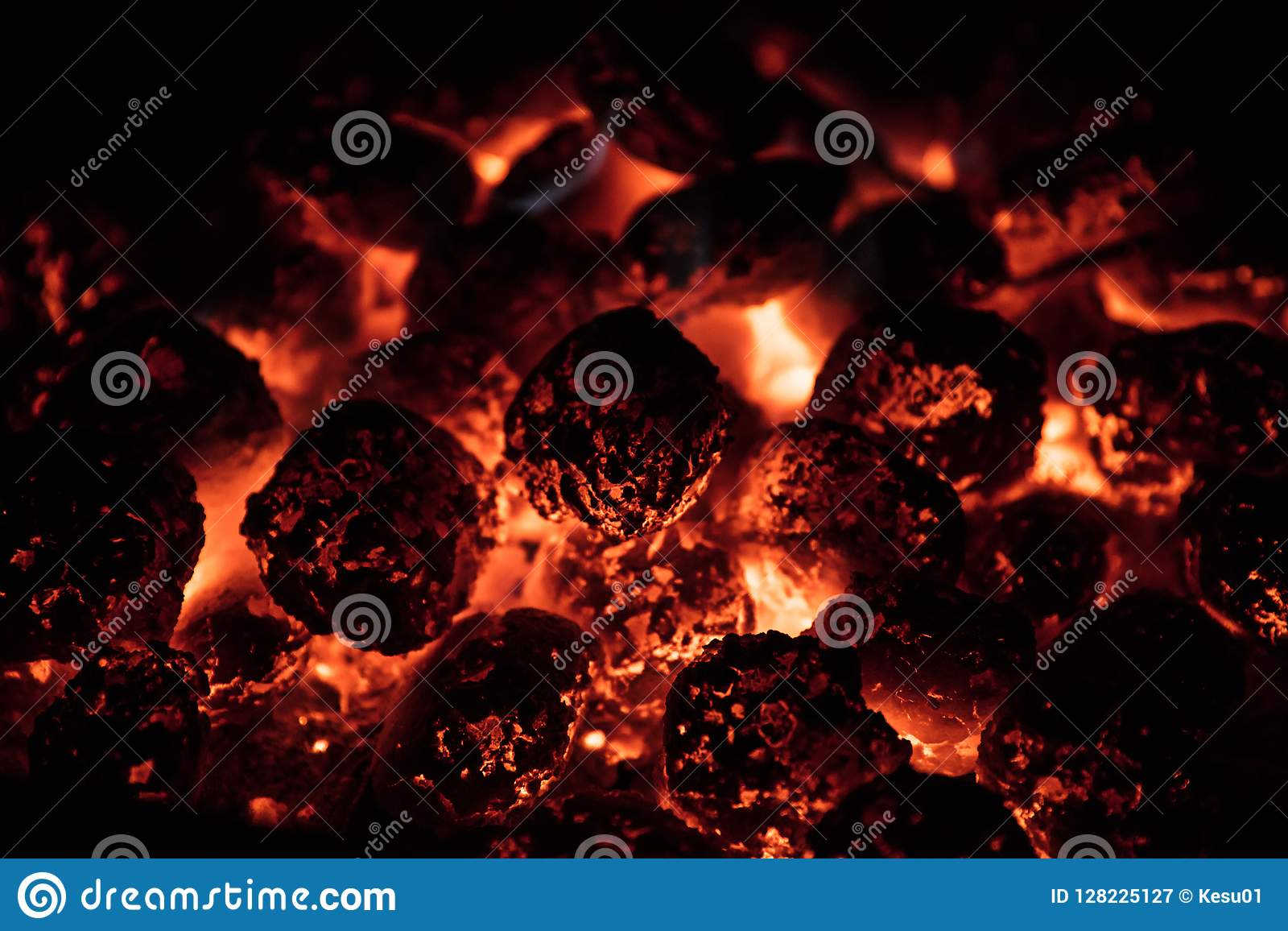 Rozjarzony Gorący węgiel drzewny Brykietuje na ogrodowym grillu, zakończenie,