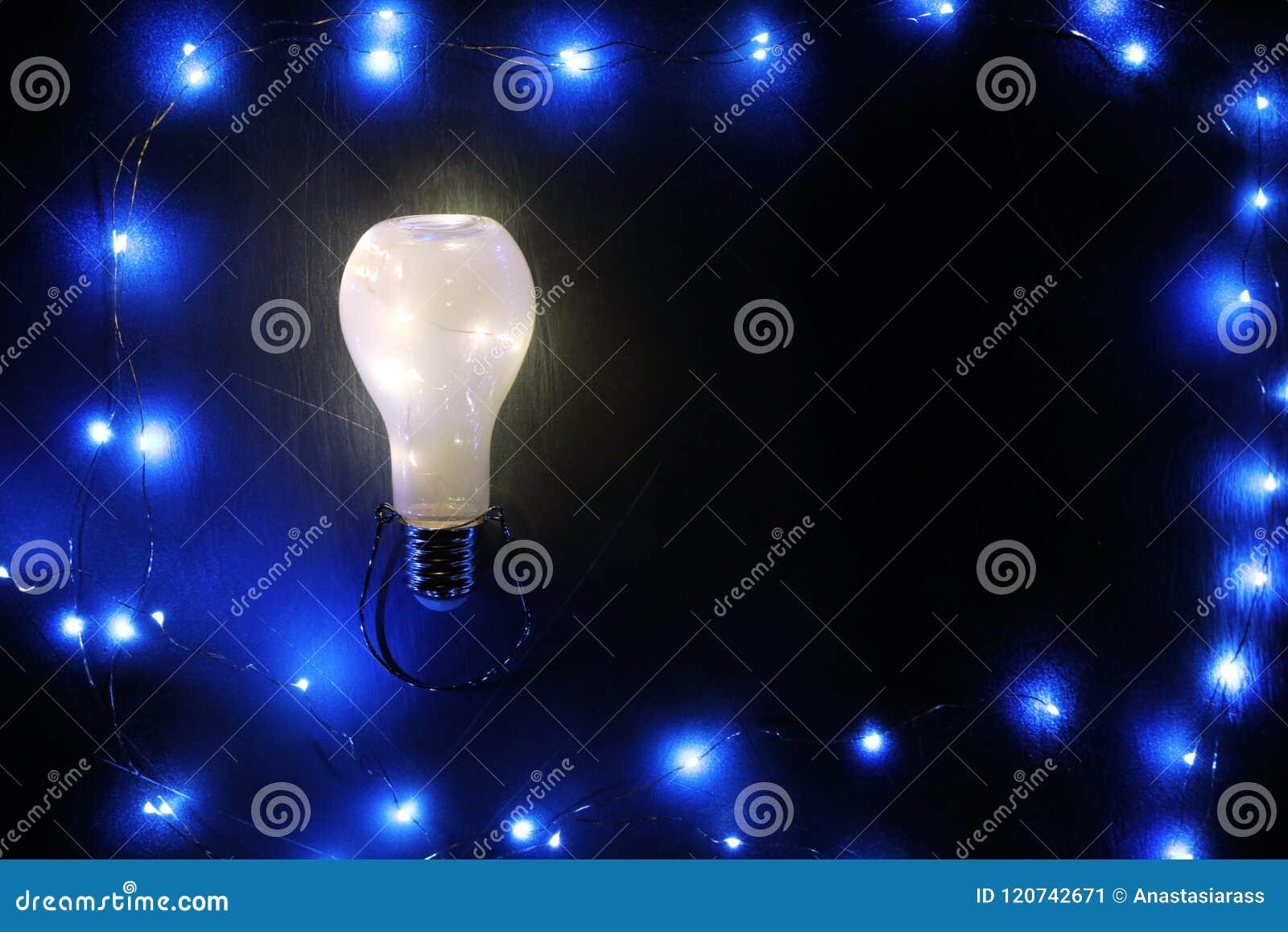 Rozjarzony lightbulb na czarnym tle