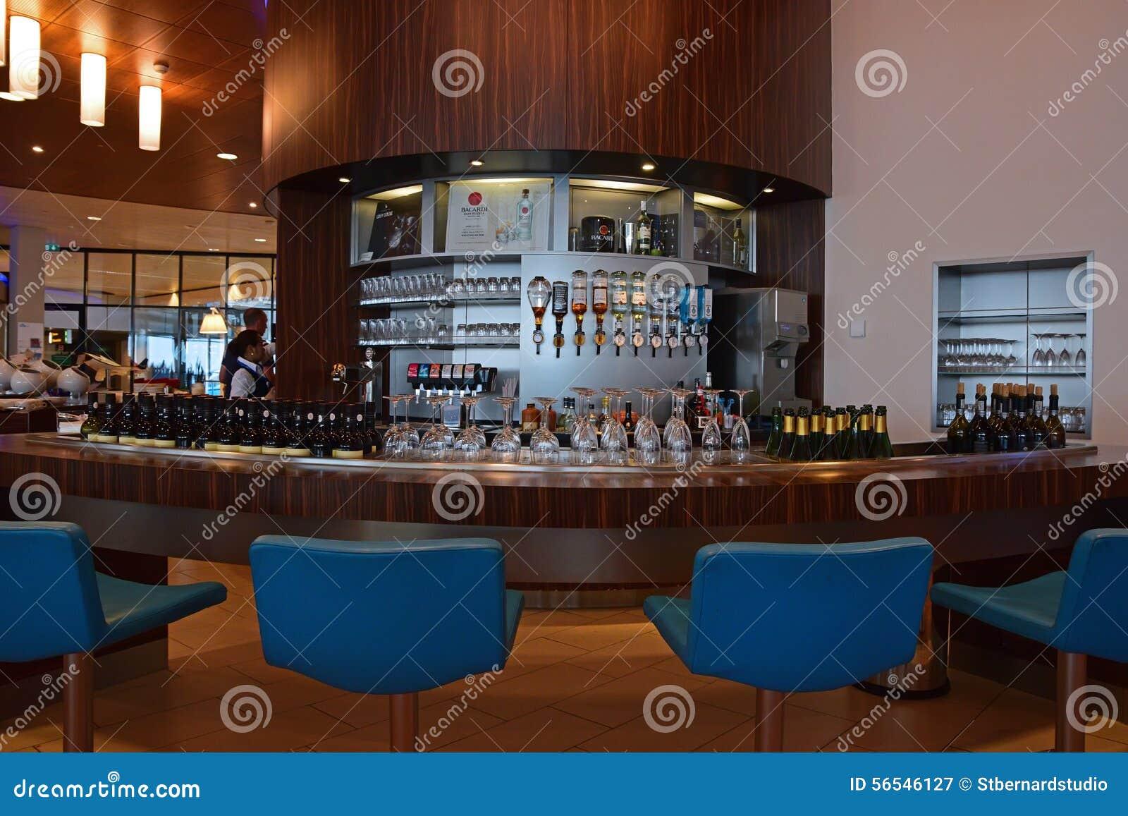 Rozmaitość alkoholiczni napoje jak ciężki trunek, piwo i wino przy baru kontuarem,