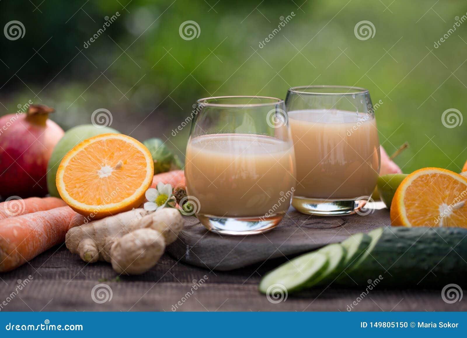 Rozmaitość owocowi soki w cztery szkłach soków pomarańczowych, czereśniowym soku, mieszanka soku jabłko, moreli, bonkrecie i mies