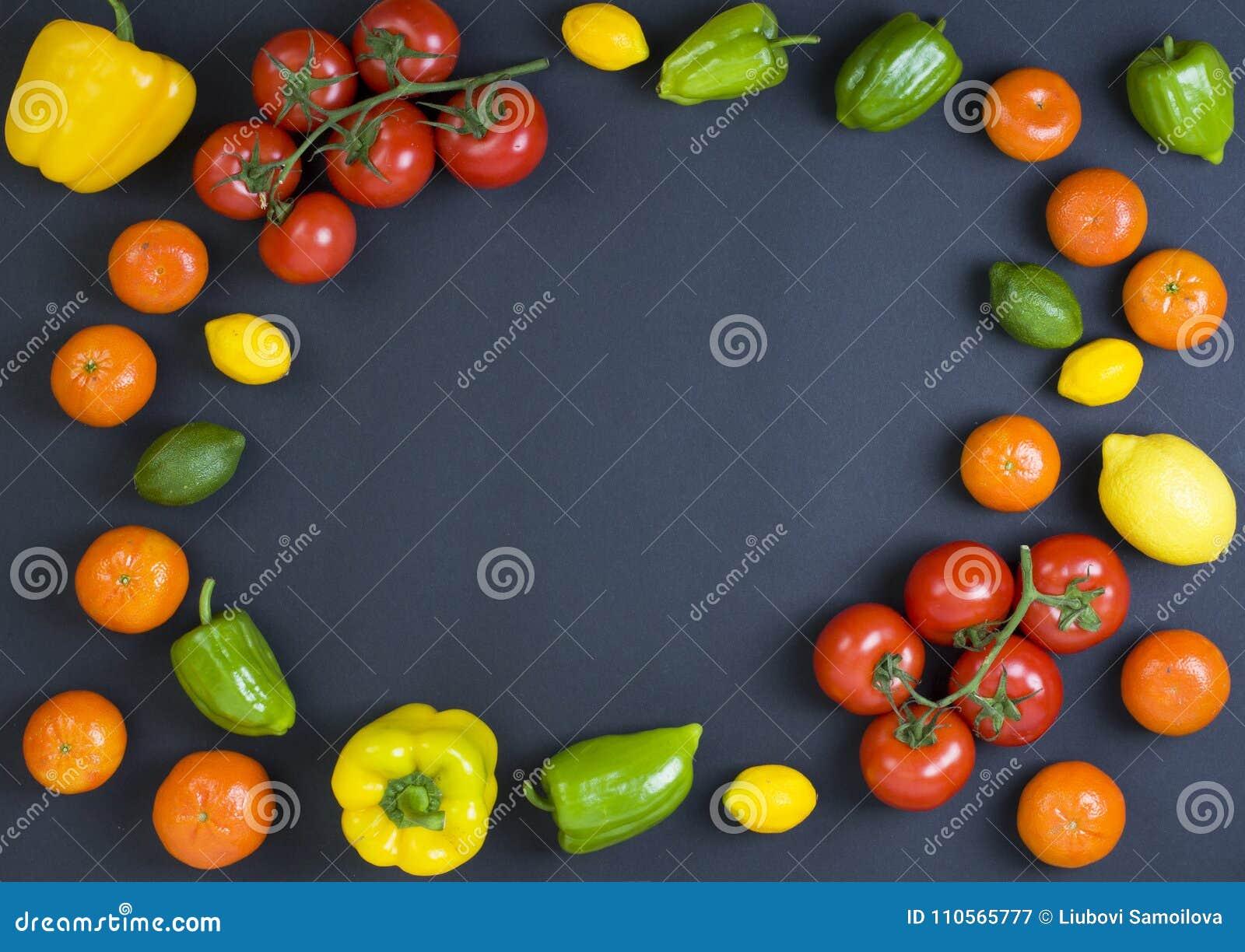 Rozmaitość surowi warzywa, kulinarny pojęcie Asortyment warzywa i ziele na popielatym kamiennym tle Odgórny widok kosmos kopii Di
