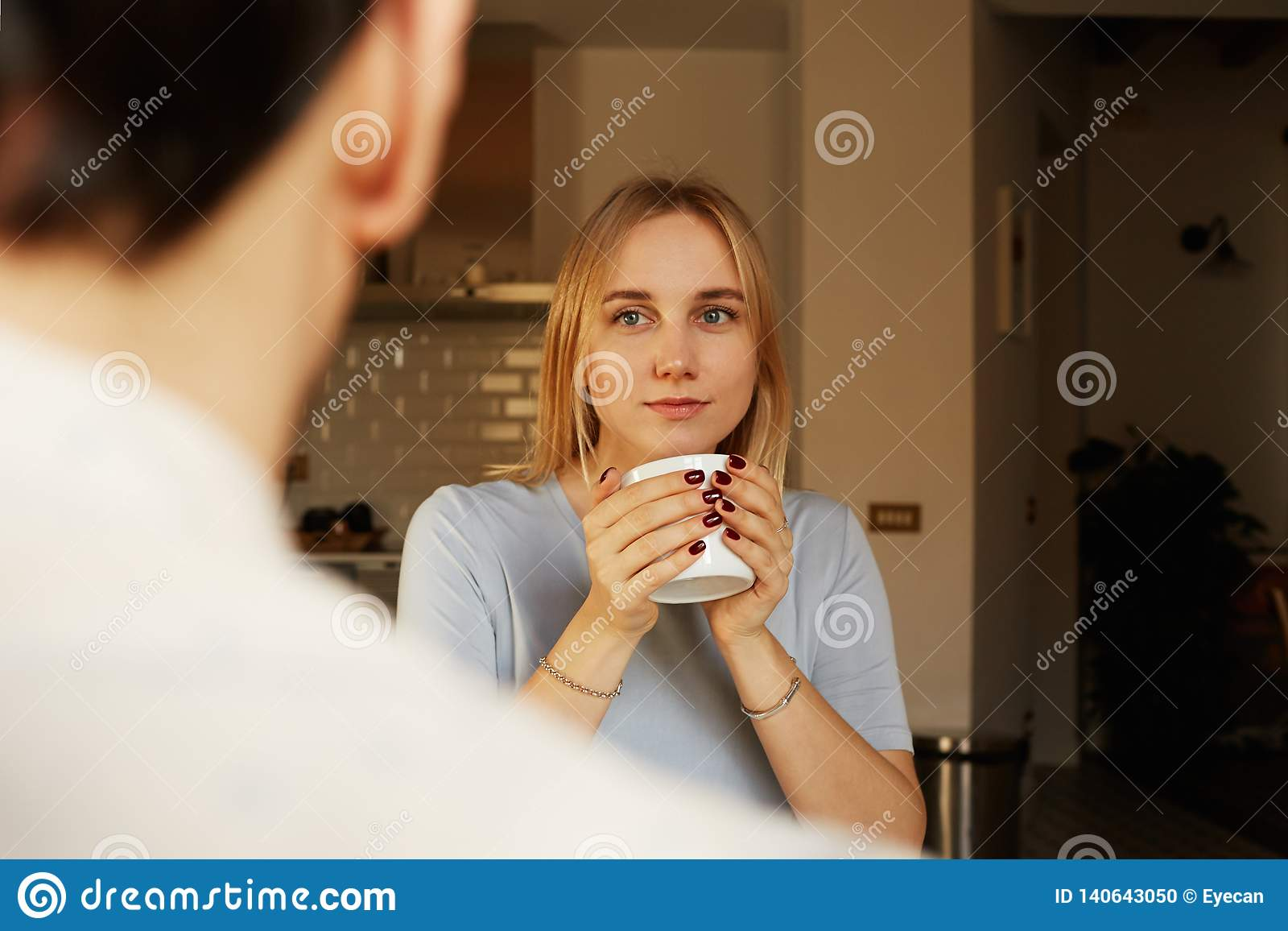 Rozmowa ufny mężczyzna i potomstwo blond kobieta w domu