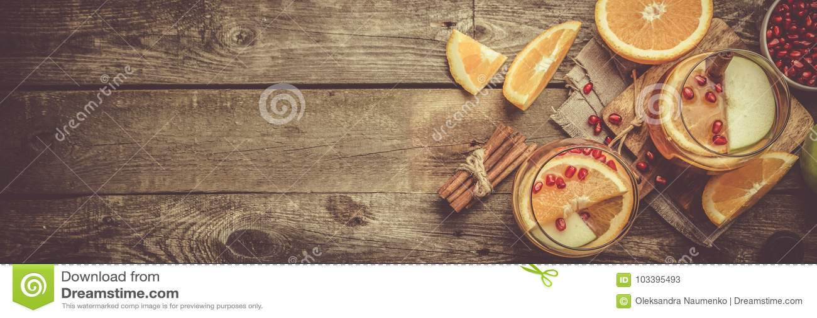 Rozmyślający wino z pomarańczami, granatowiec