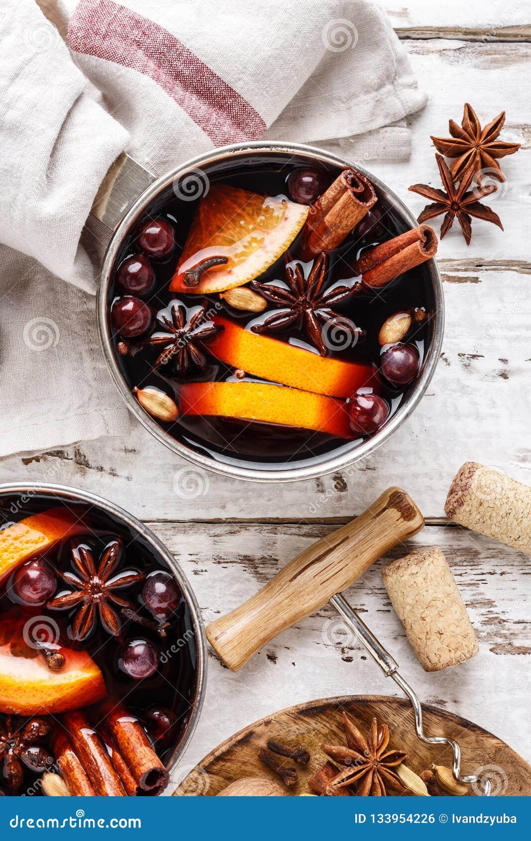Rozmyślający wino zimy napój z pikantność i cranberries