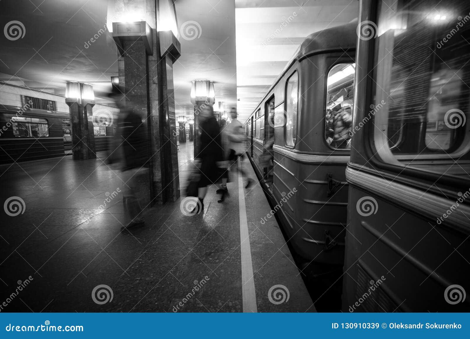 Rozmyci ludzie upcomig Heroiv Dnipra stacji platforma Podziemny metropolita
