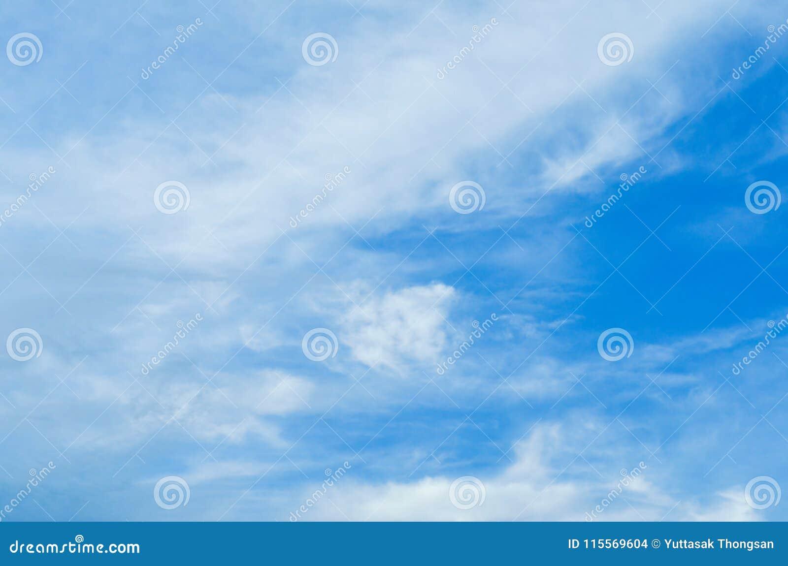 Rozmyty niebieskie niebo i chmury w dzień burz Błyszczy pomarańcze na chmurach