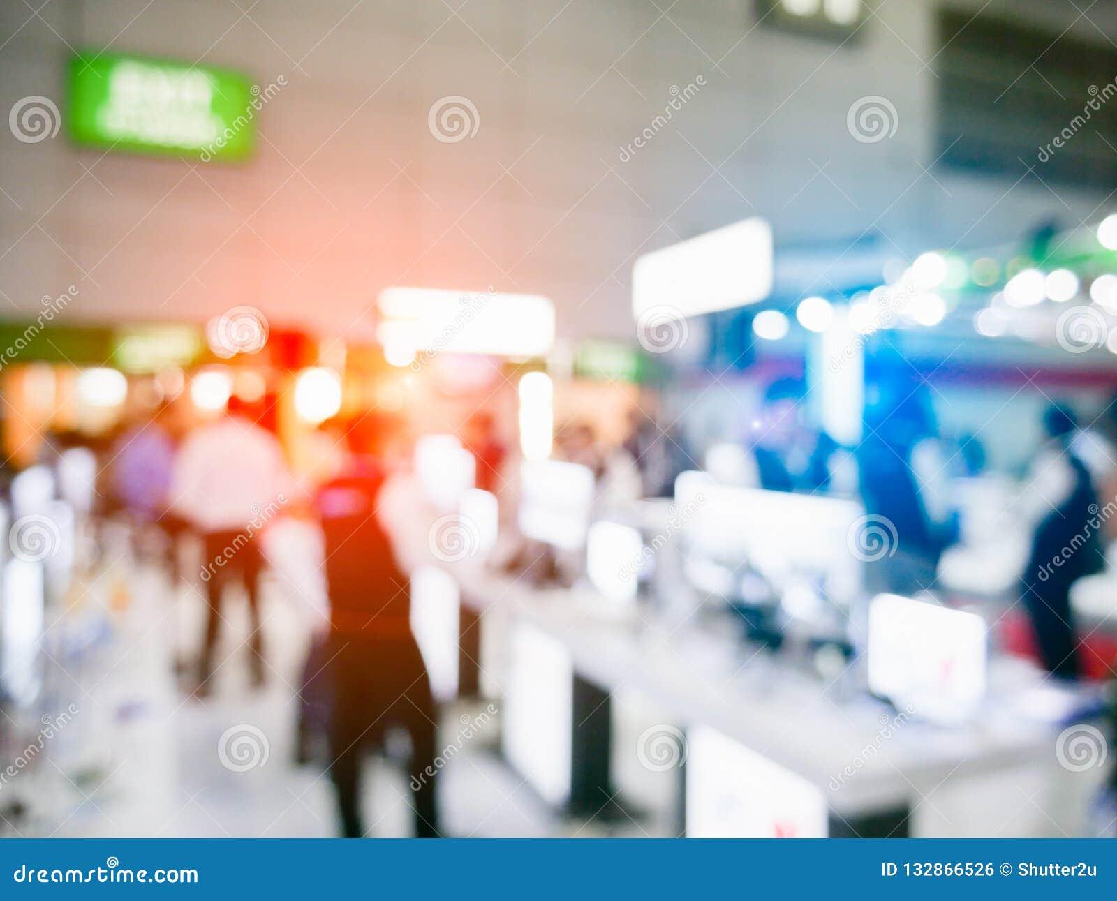 Rozmyty tło powystawowy expo z tłumów ludźmi wewnątrz conven