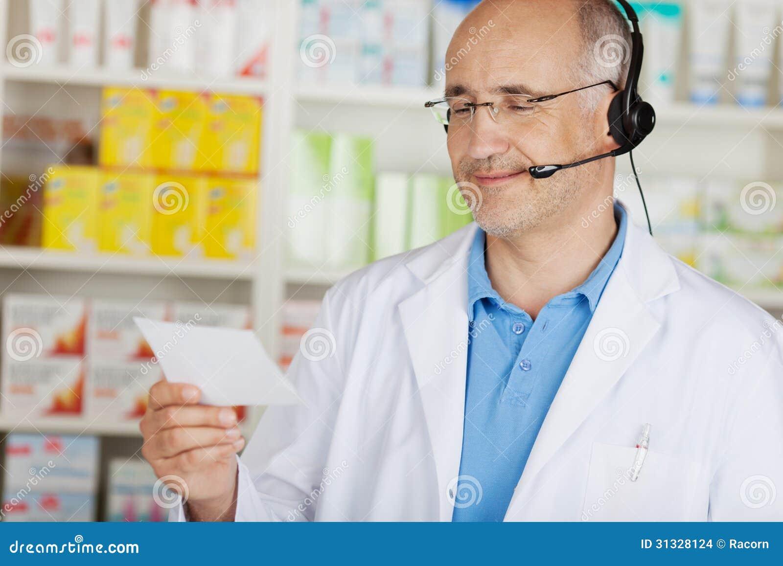 Rozochocona farmaceuta używa słuchawki
