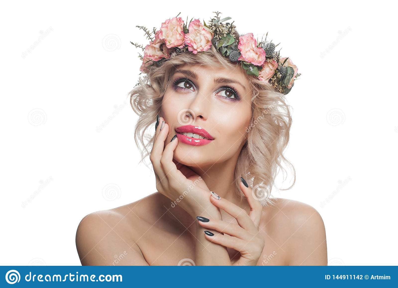 Rozochocona kobieta z makeup i kwiatami Ładny model z przyglądającym w górę i ono uśmiecha się