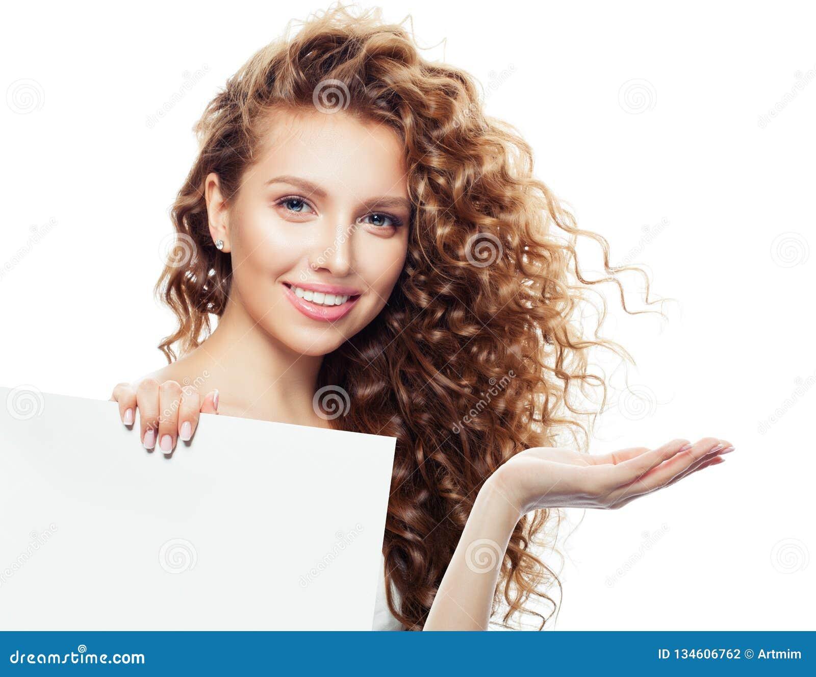 Rozochocona kobieta z otwartym ręki, bielu pustym deskowym tłem z kopii przestrzenią dla reklamowego plasowania i