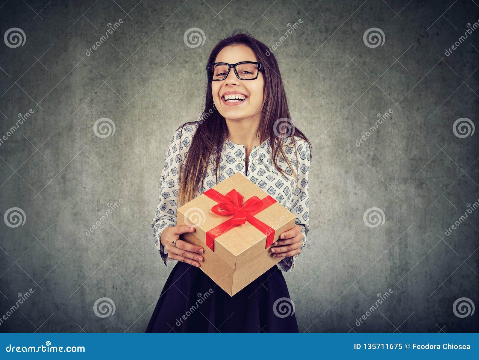 Rozochocona kobieta z prezenta pudełkiem