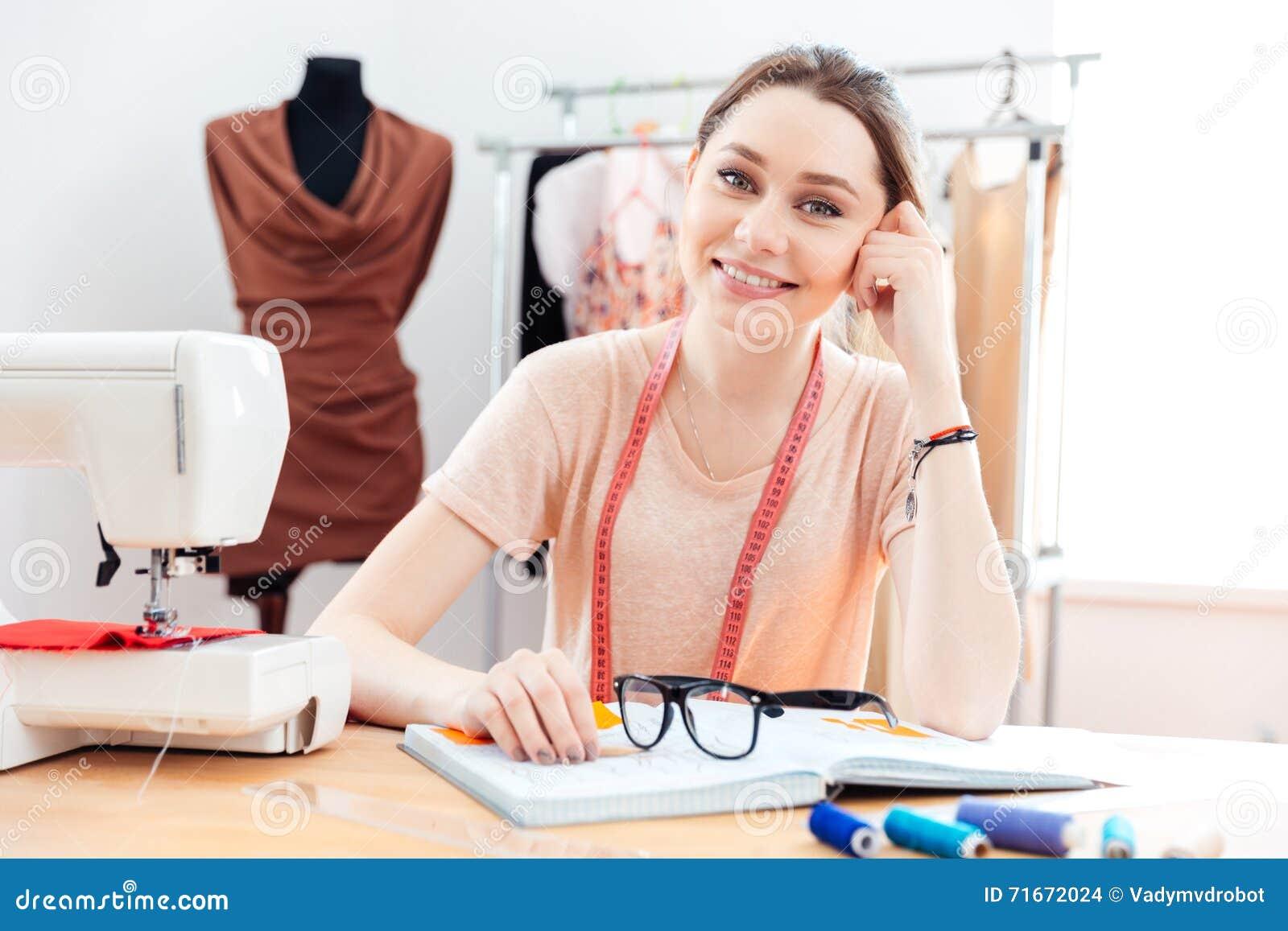 Rozochocona kobiety szwaczka pracuje w szwalnym warsztacie