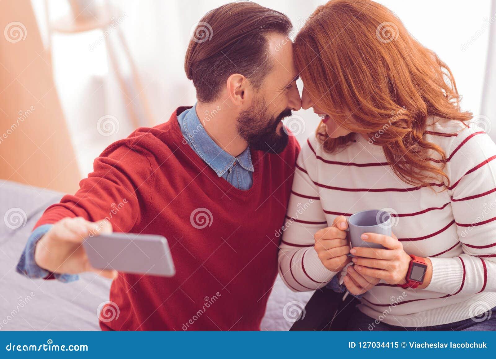 Rozochocona kochająca para wyraża ich emocje