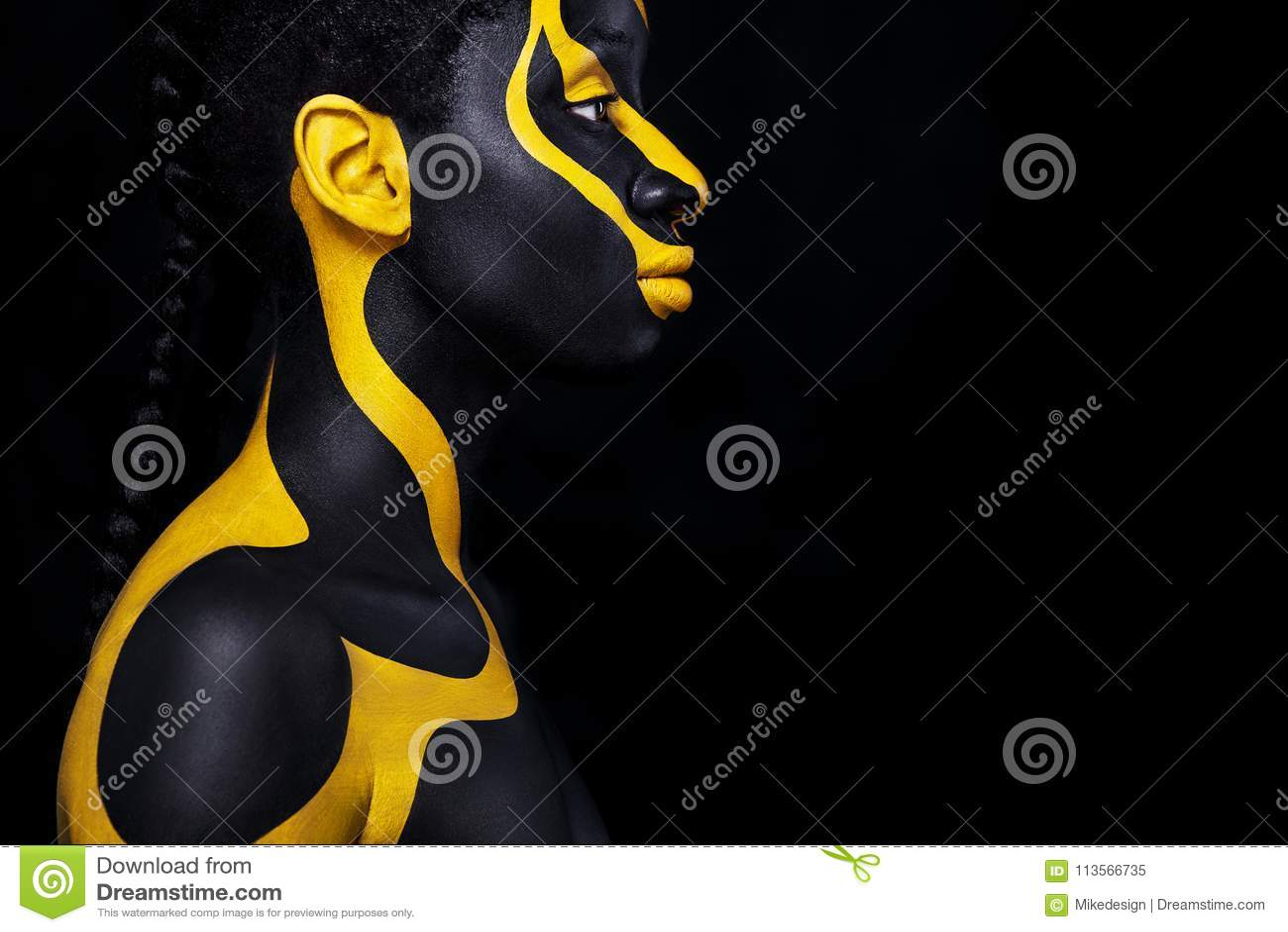 Rozochocona młoda afrykańska kobieta z sztuki mody makeup Zadziwiająca kobieta z czarnym i żółtym makeup