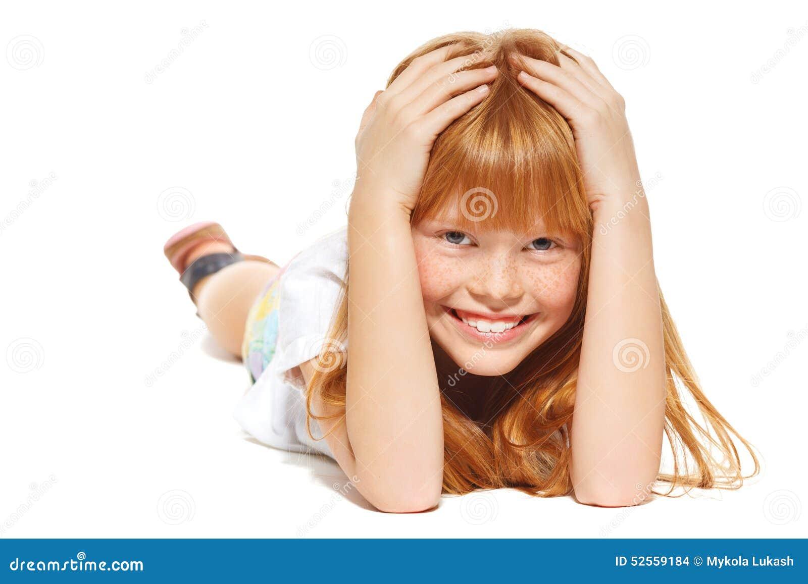 Rozochocona mała dziewczynka z czerwonym włosy kłama; odizolowywający na białym tle