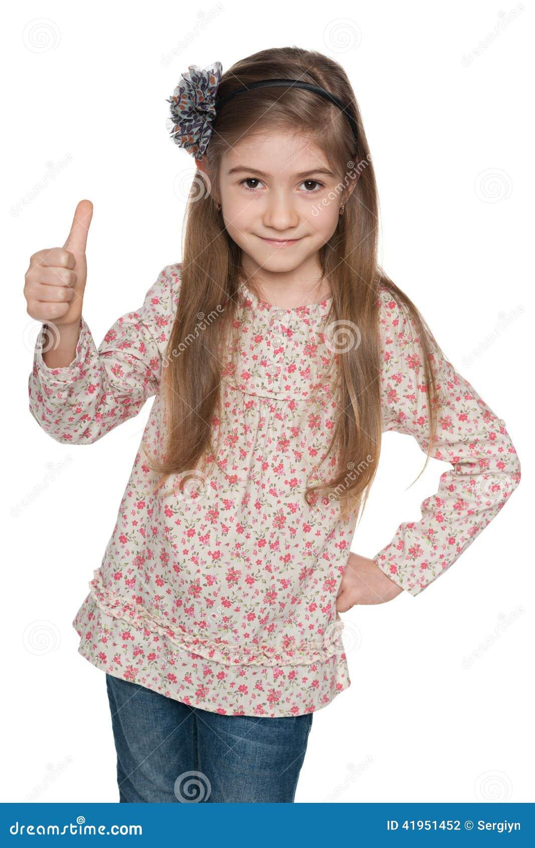 Rozochocona mody młoda dziewczyna trzyma jej aprobaty