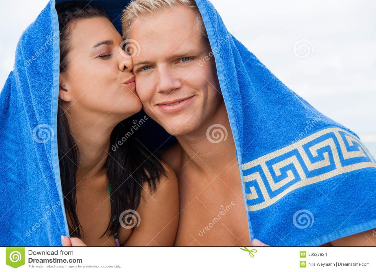 Rozochocona para z ręcznikowym nakryciem ich głowy