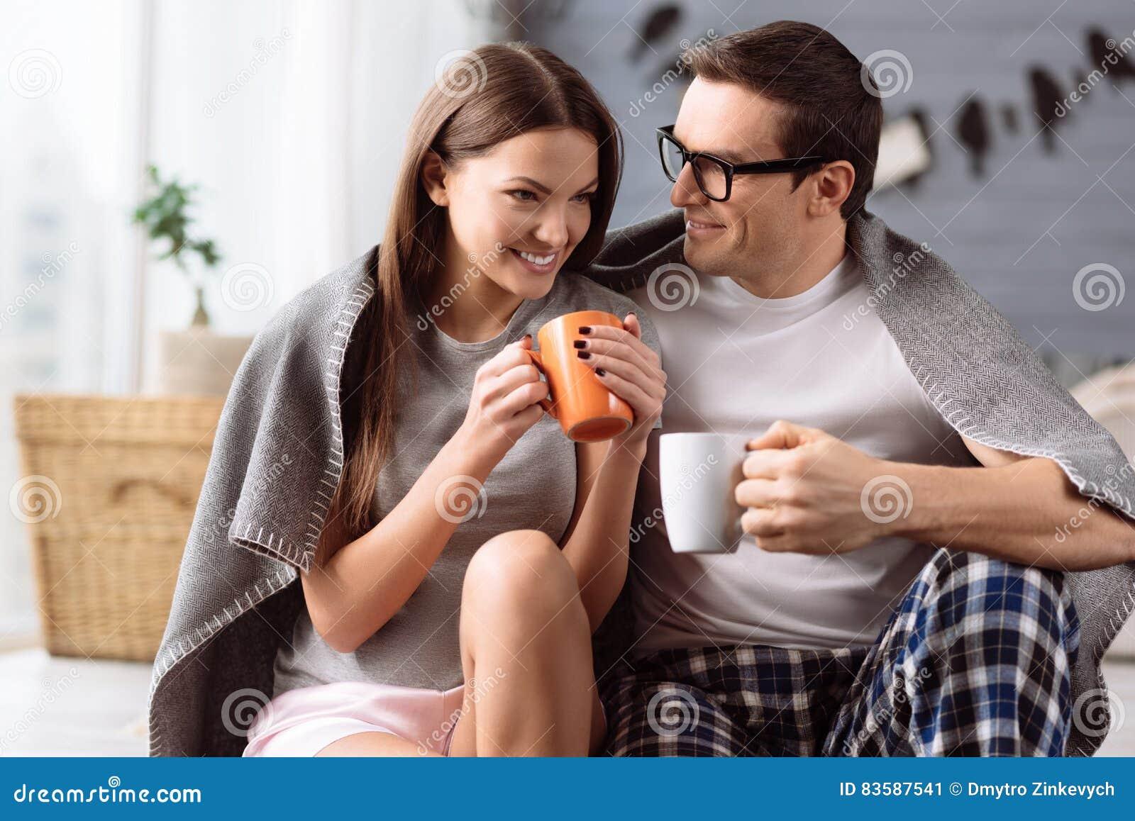 Rozochocona potomstwo para cieszy się kawę
