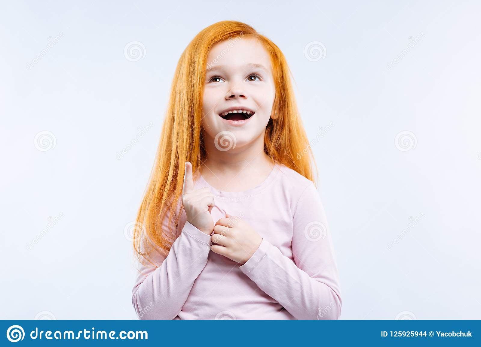 Rozochocona pozytywna dziewczyna jest w optymistycznie nastroju