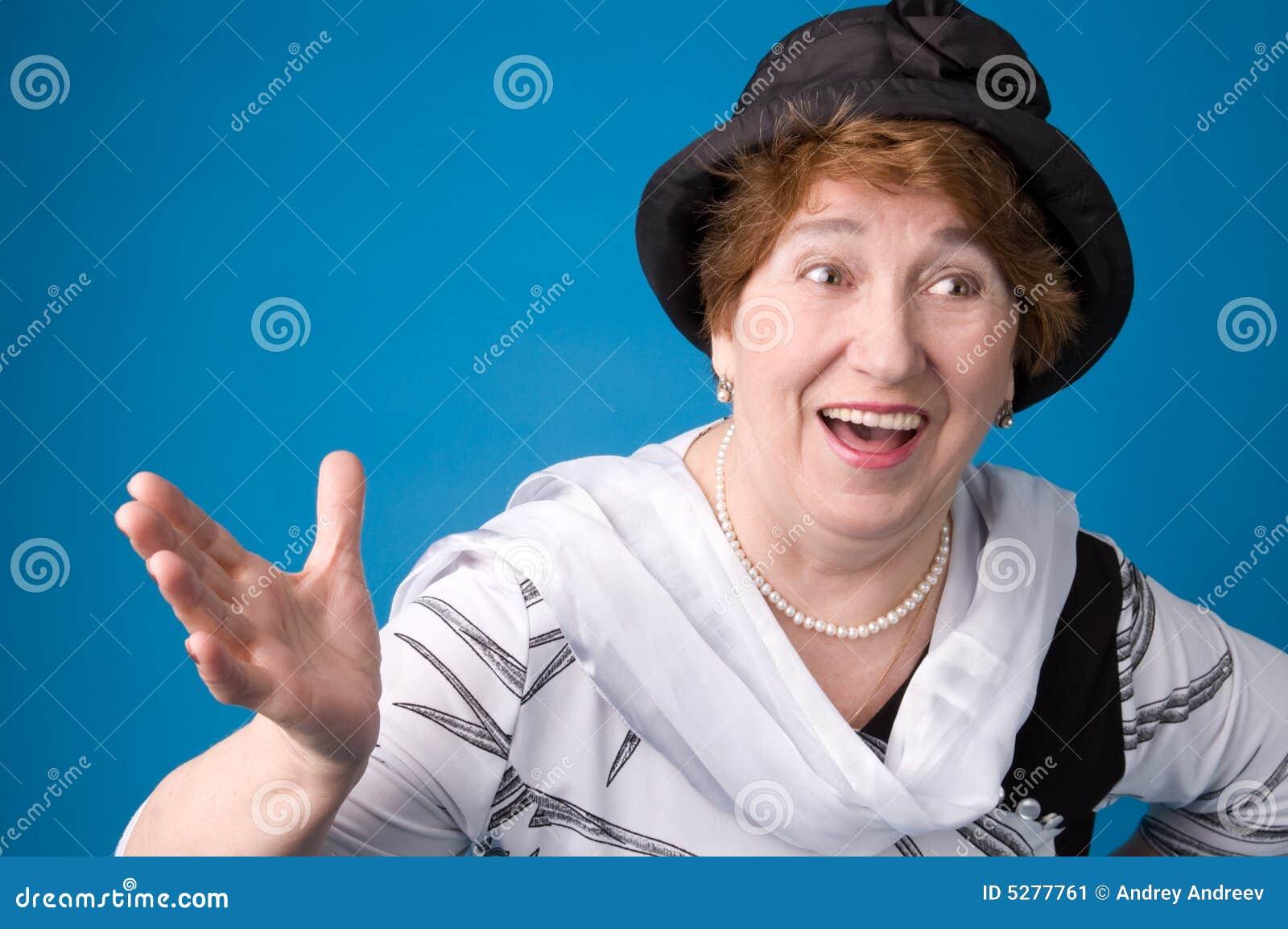 Rozochocona starsza kobieta
