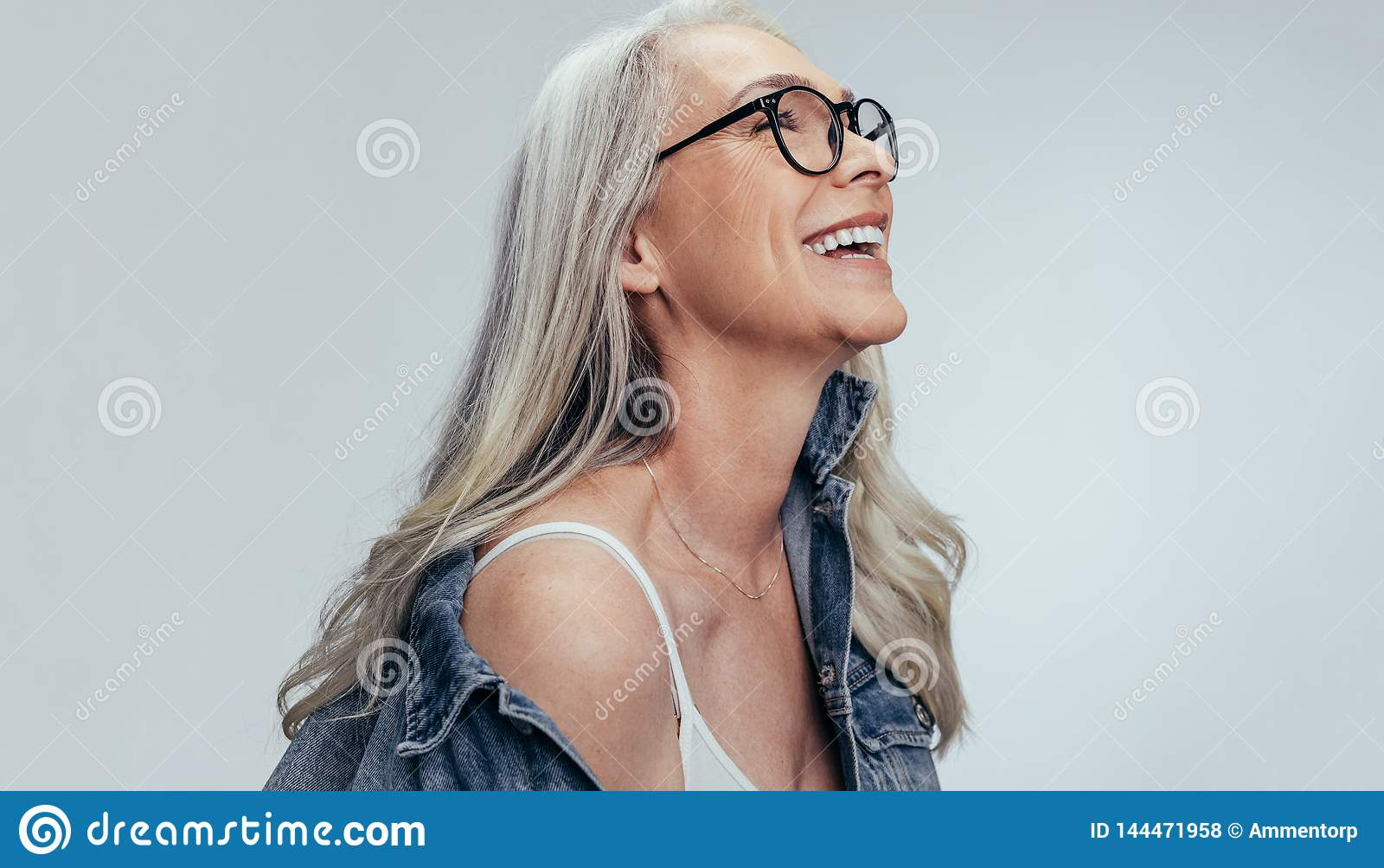 Rozochocona starsza kobieta patrzeje kopii przestrzeń