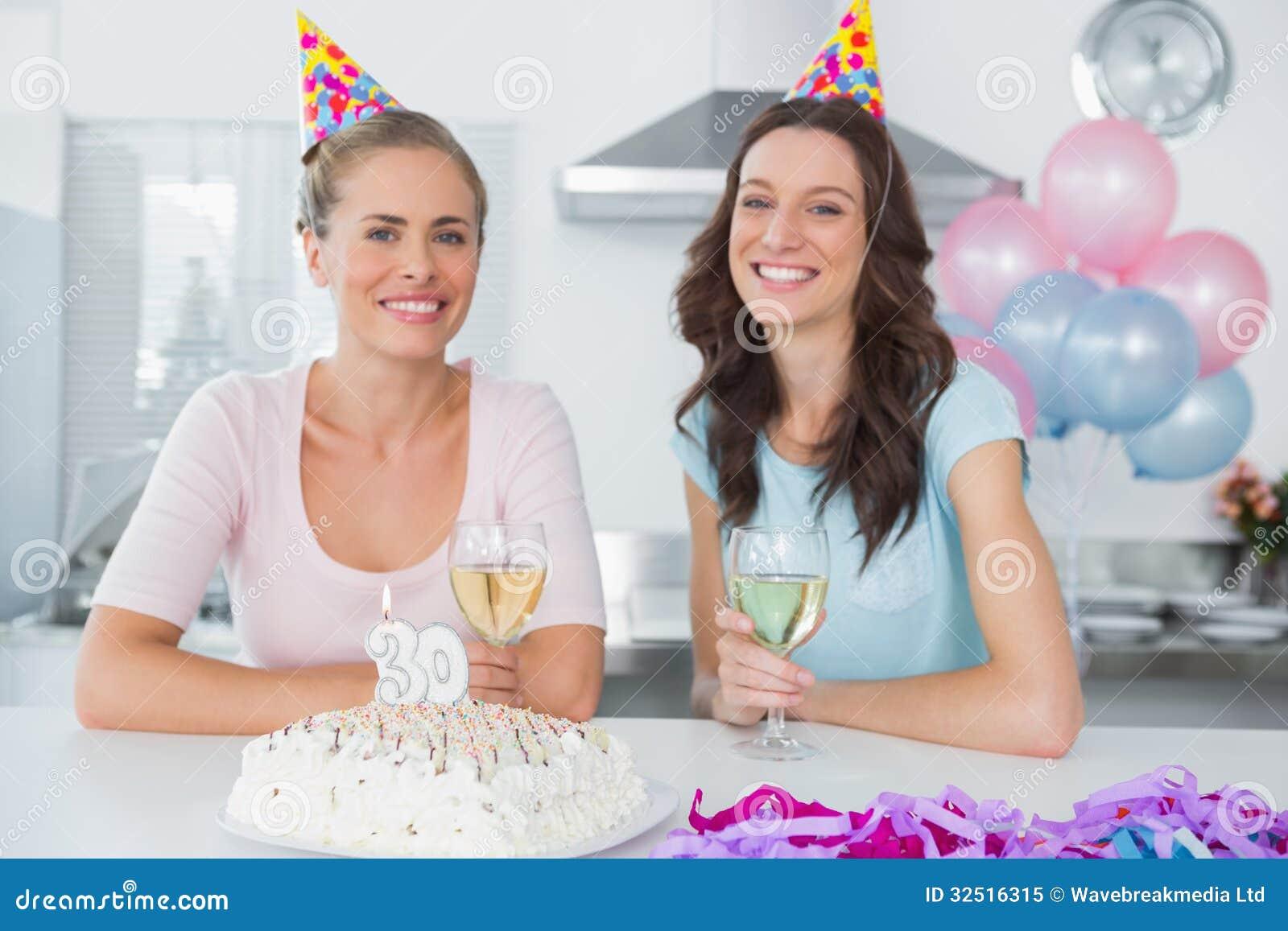 Rozochocone kobiety pije białego wino i świętuje urodziny