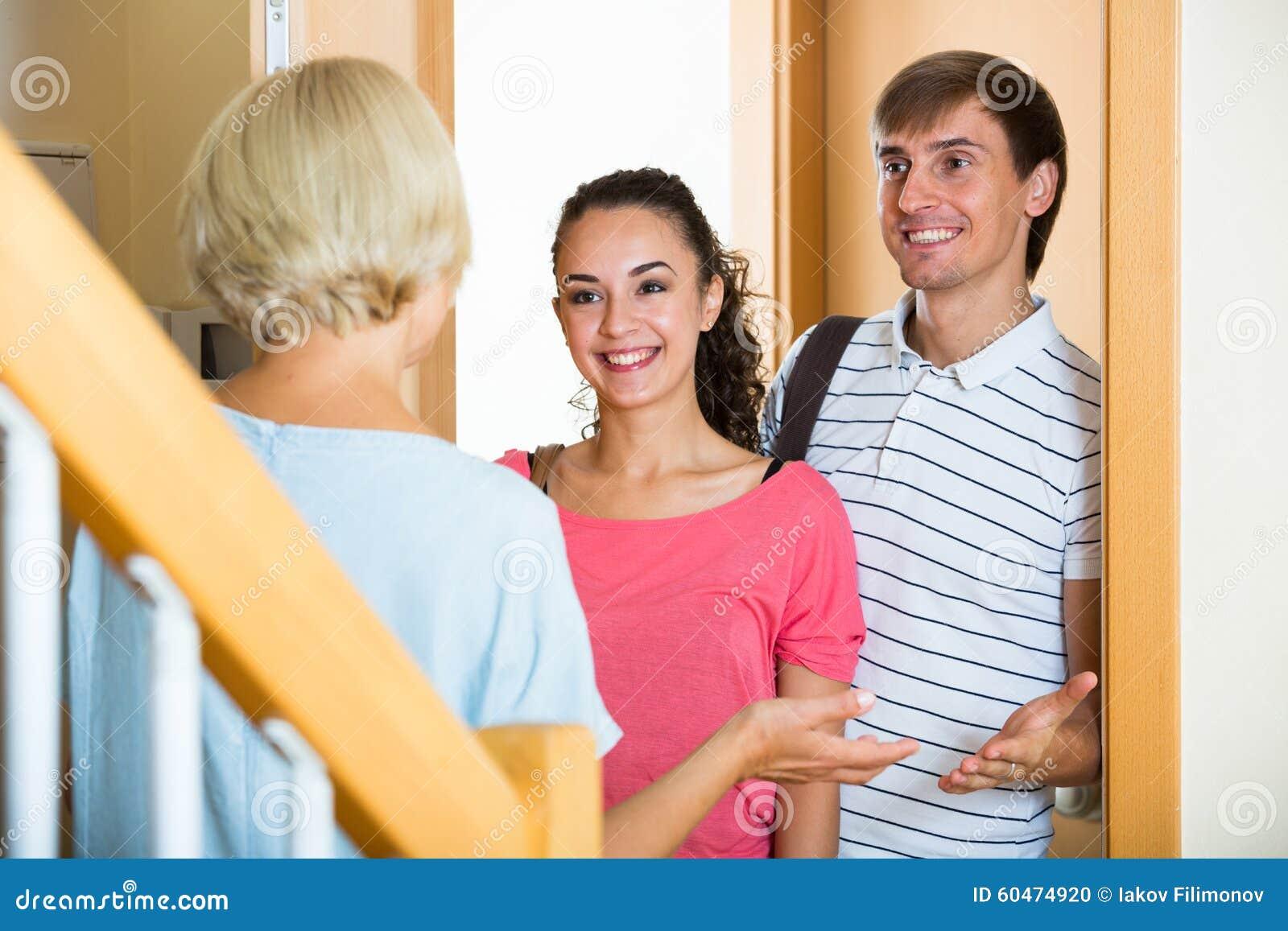 Rozochoconego starszego kobiety powitania dorosli dzieci przychodzi z wizytą