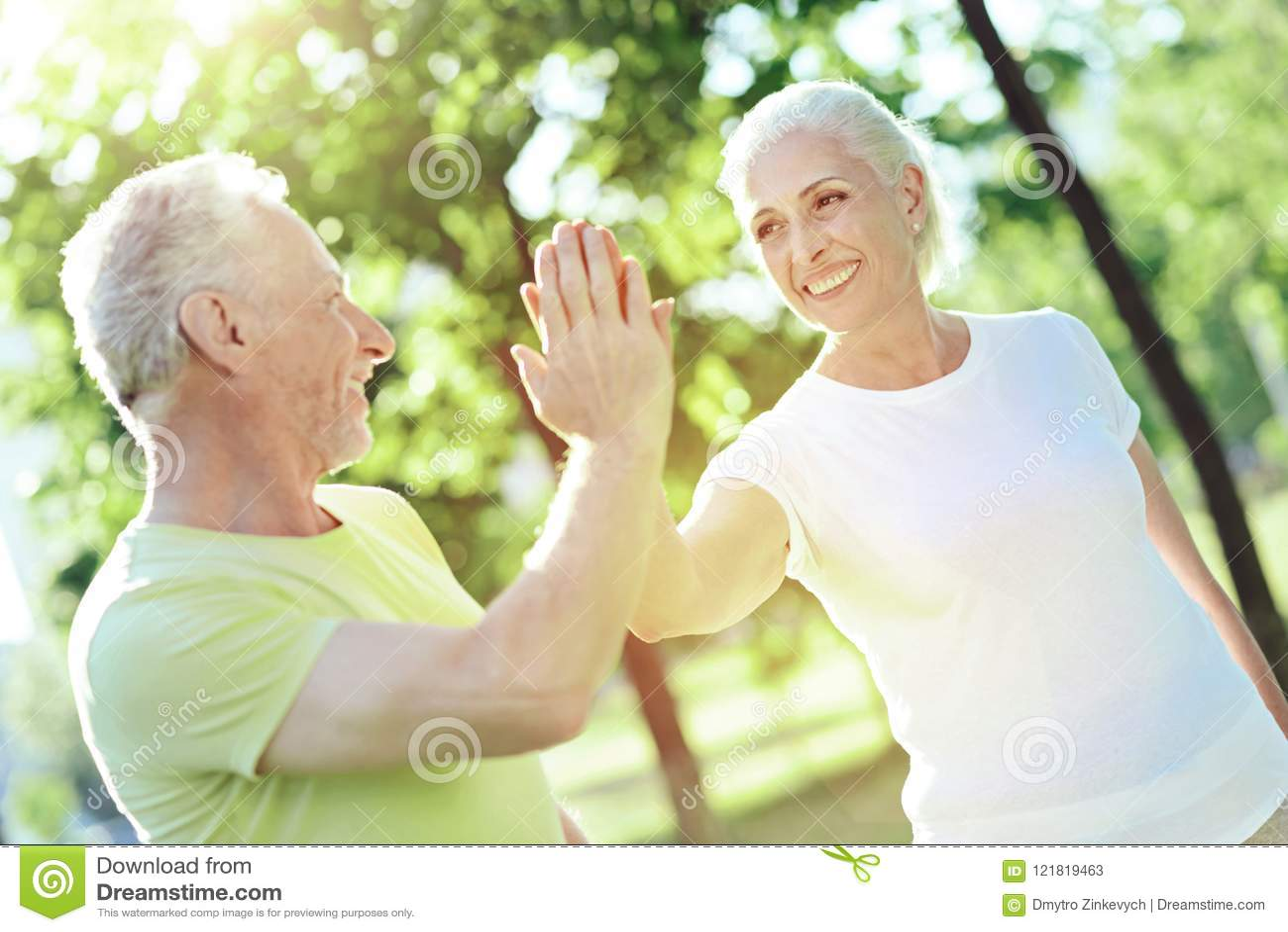 Rozochocony życzliwy emeryt daje pięć jego żona