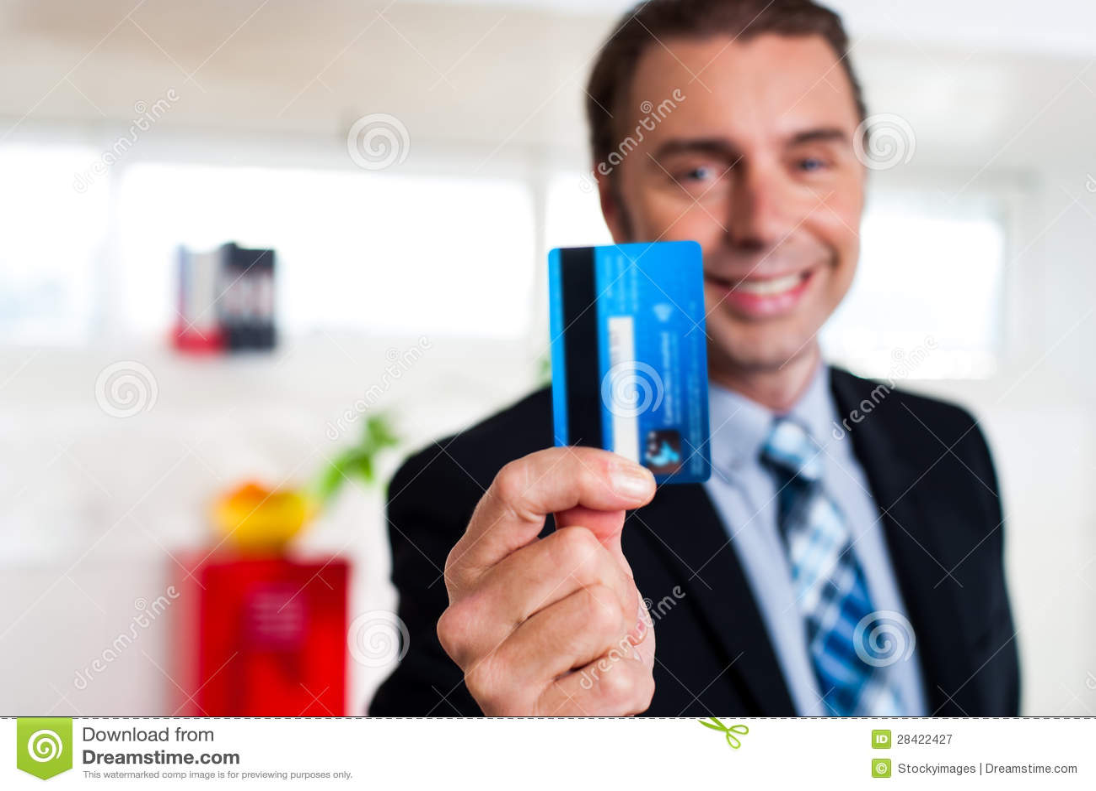 Rozochocony biznesmen trzyma up jego kredytową kartę