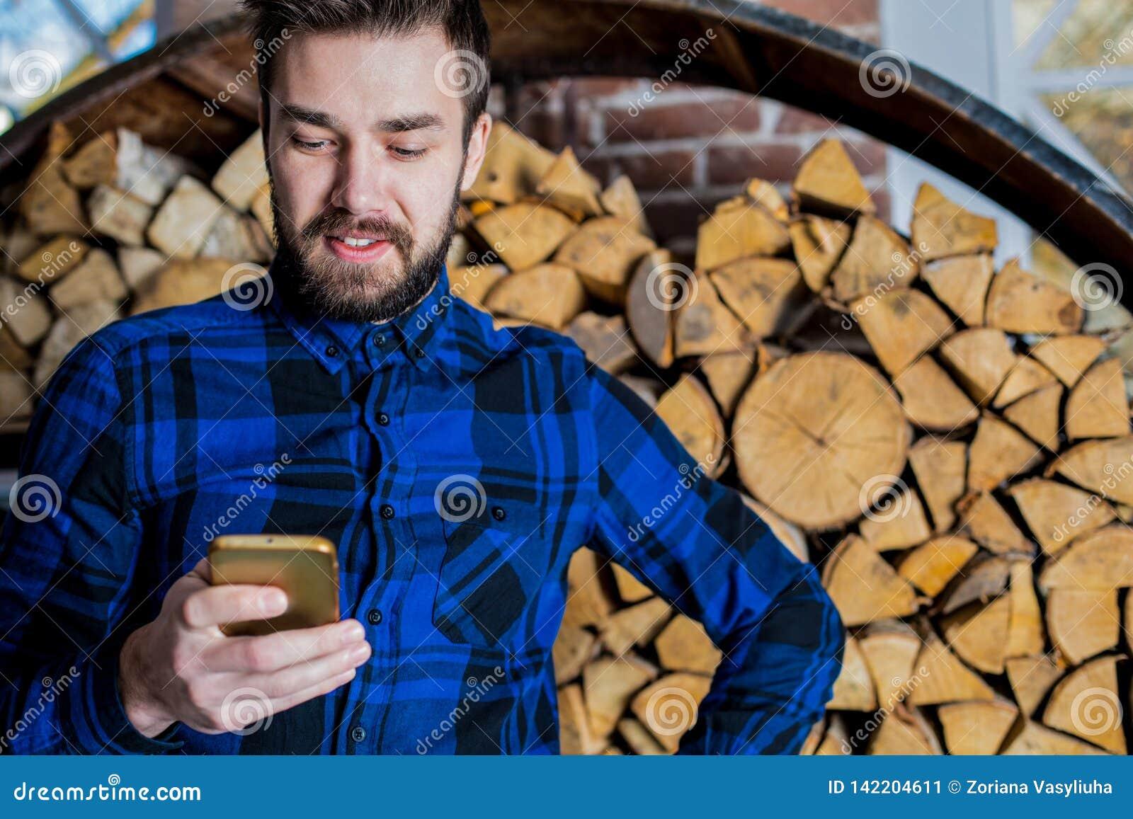 Rozochocony męski gawędzenie w internecie na komórka telefonie Elegancki mężczyzna używa telefon komórkowego