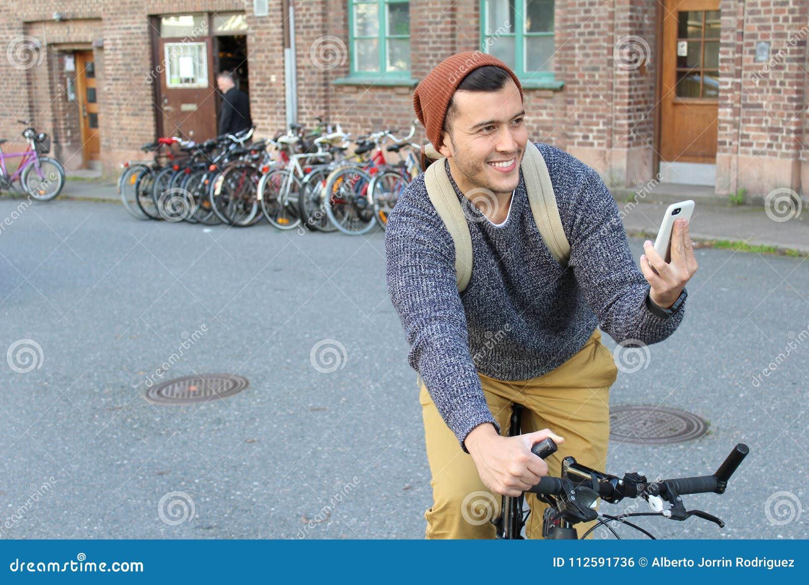 Rozochocony męski próbować znajdować kierunki na jego mądrze telefonie