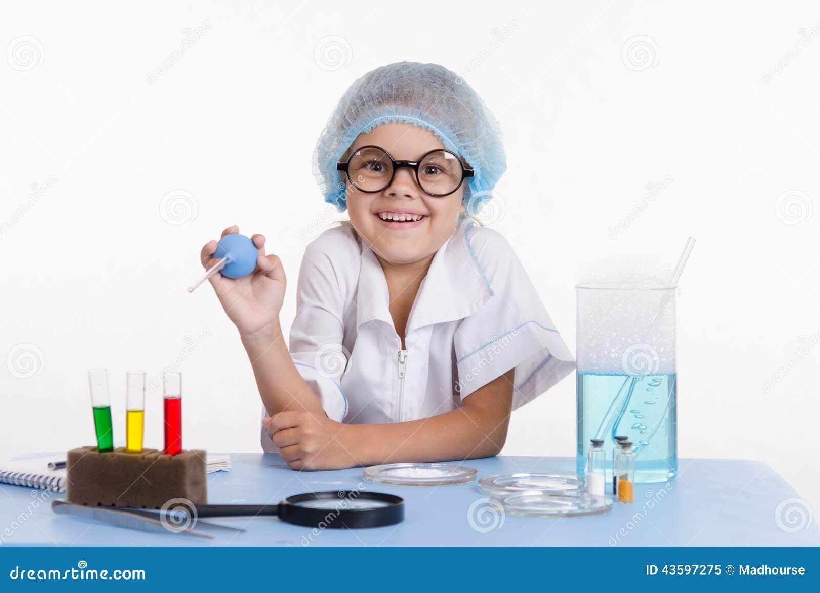 Rozochocony młody chemik
