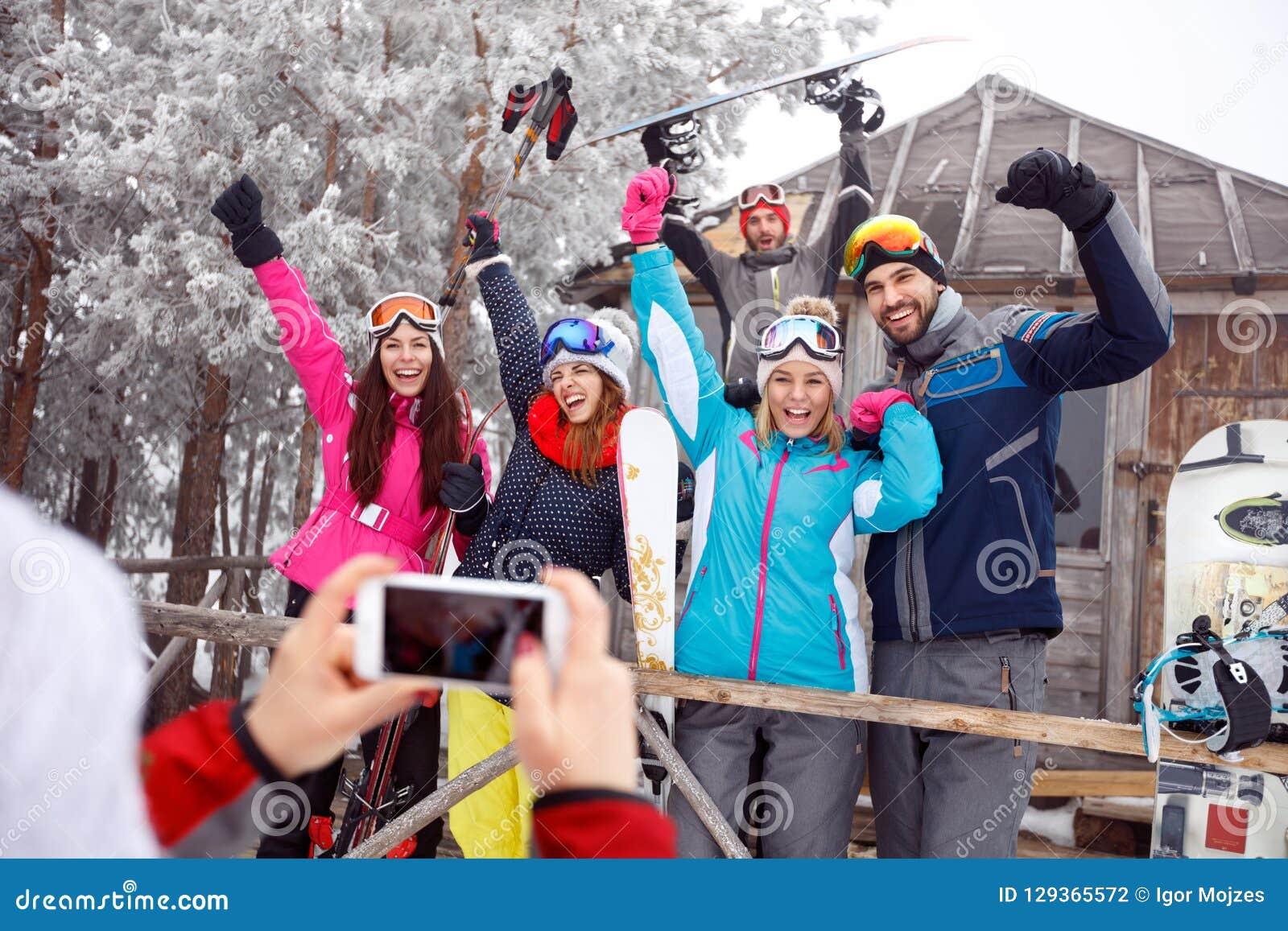 Rozochocony narciarki na zima wakacje, grupowa fotografia