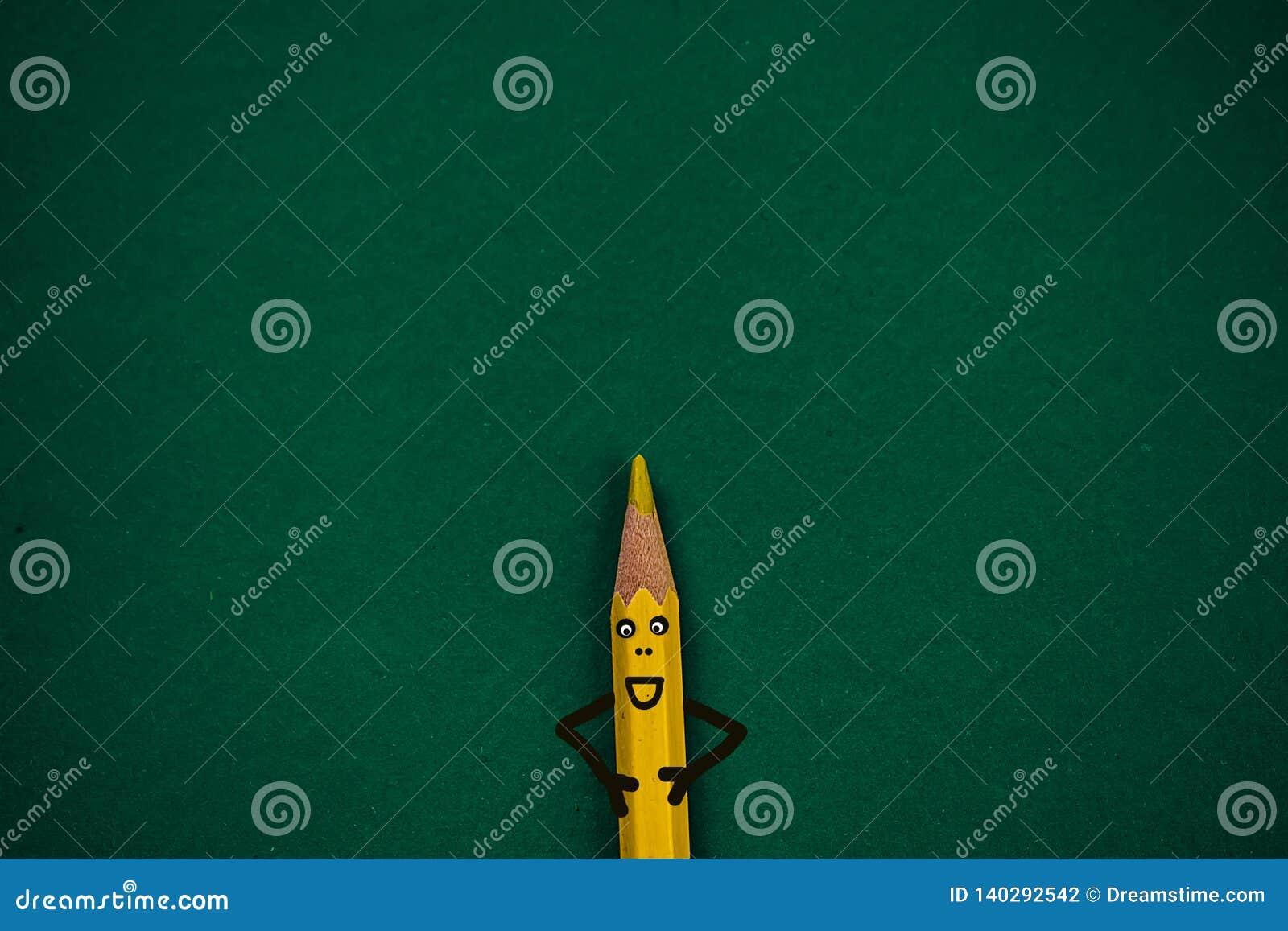 Rozochocony ołówek na zielonym tle dla szkoły