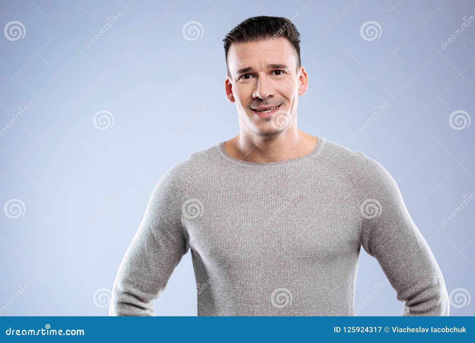 Rozochocony pozytywny ładny mężczyzna ono uśmiecha się ty
