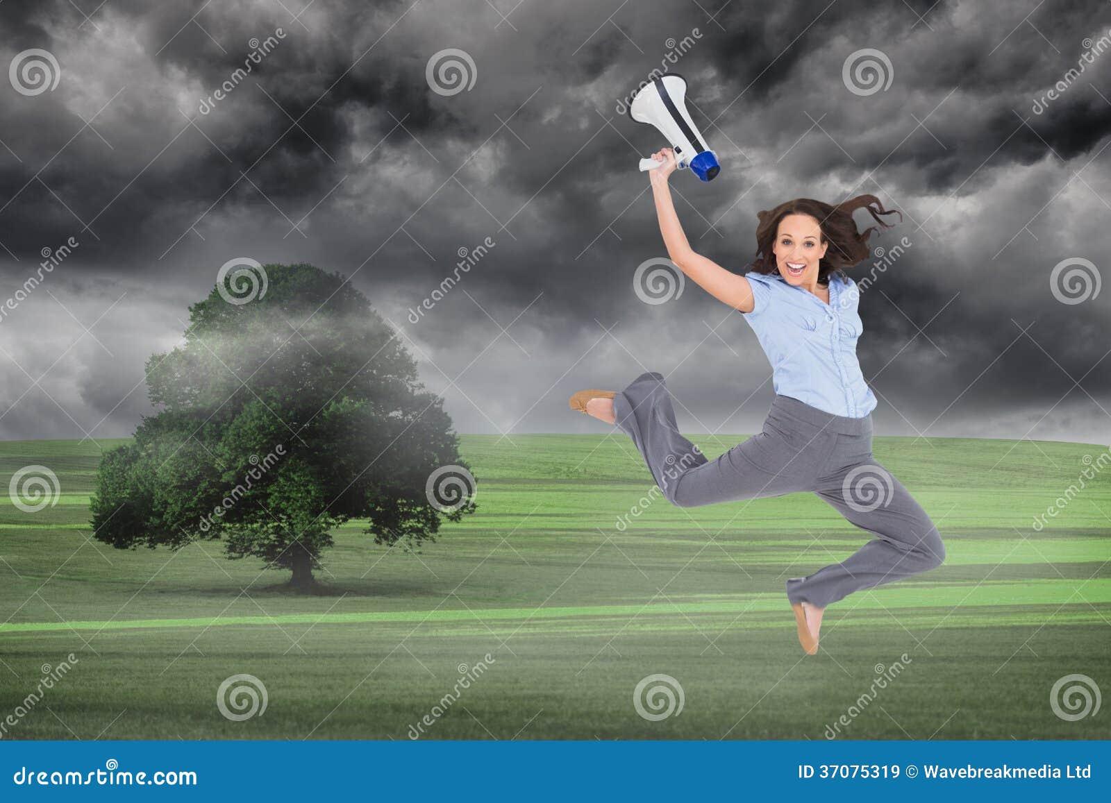 Download Rozochocony Z Klasą Bizneswomanu Doskakiwanie Podczas Gdy Trzymający Megafon Obraz Stock - Obraz złożonej z mgła, kobiety: 37075319