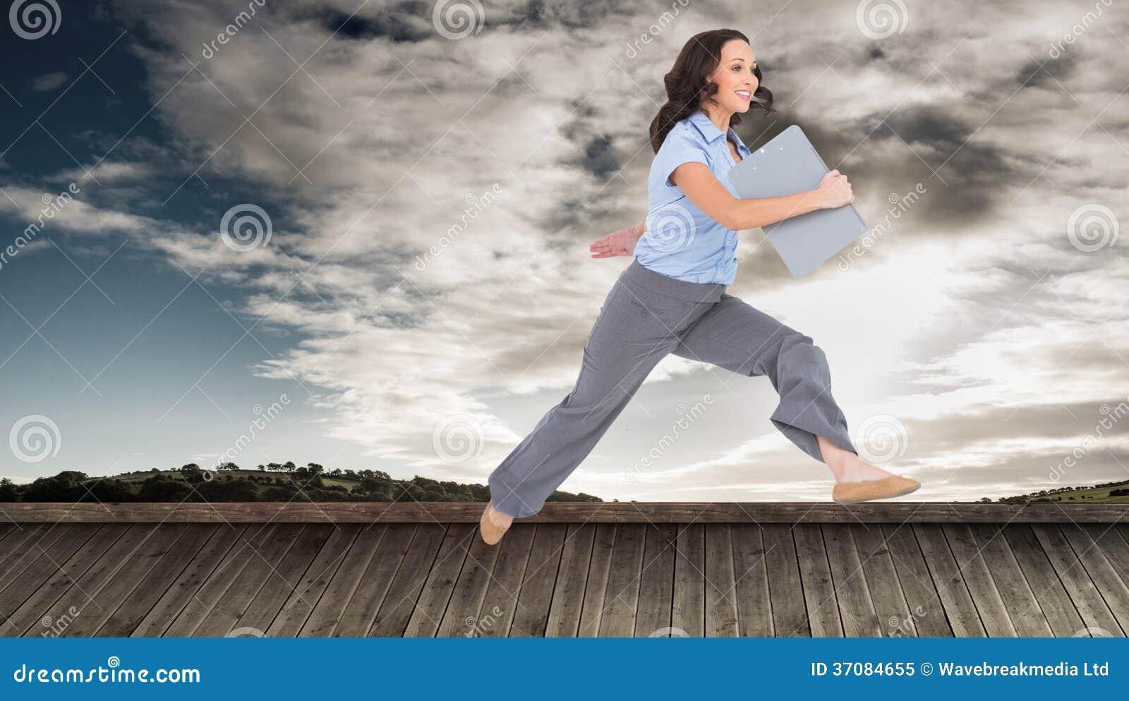 Download Rozochocony Z Klasą Bizneswomanu Doskakiwanie Podczas Gdy Trzymający Schowek Obraz Stock - Obraz złożonej z atrakcyjny, środowisko: 37084655