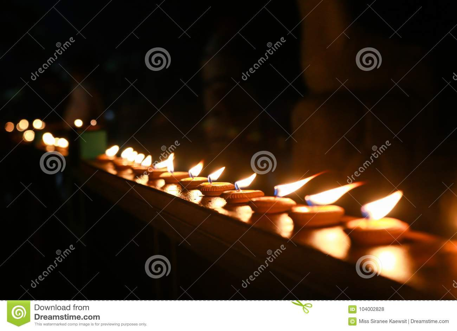 Rozognia blask świecy