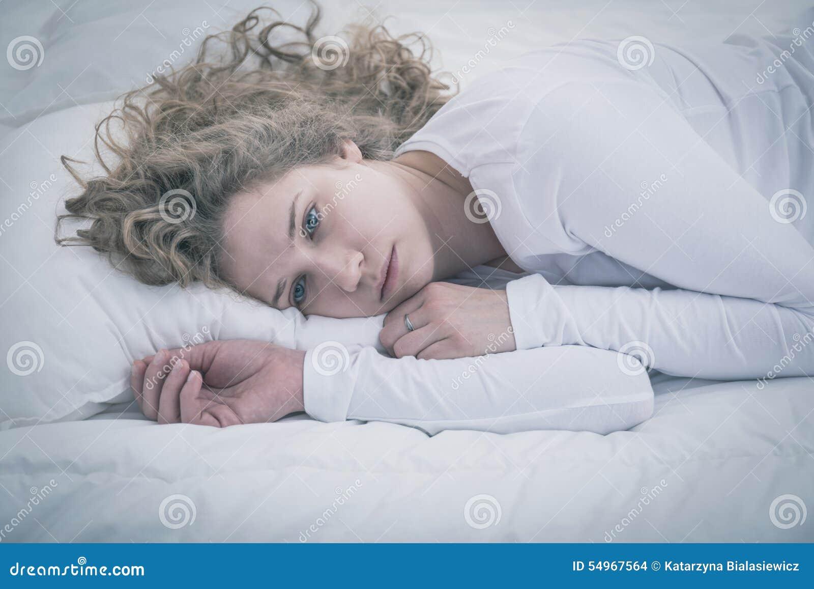 Rozpacz dziewczyny lying on the beach w łóżku