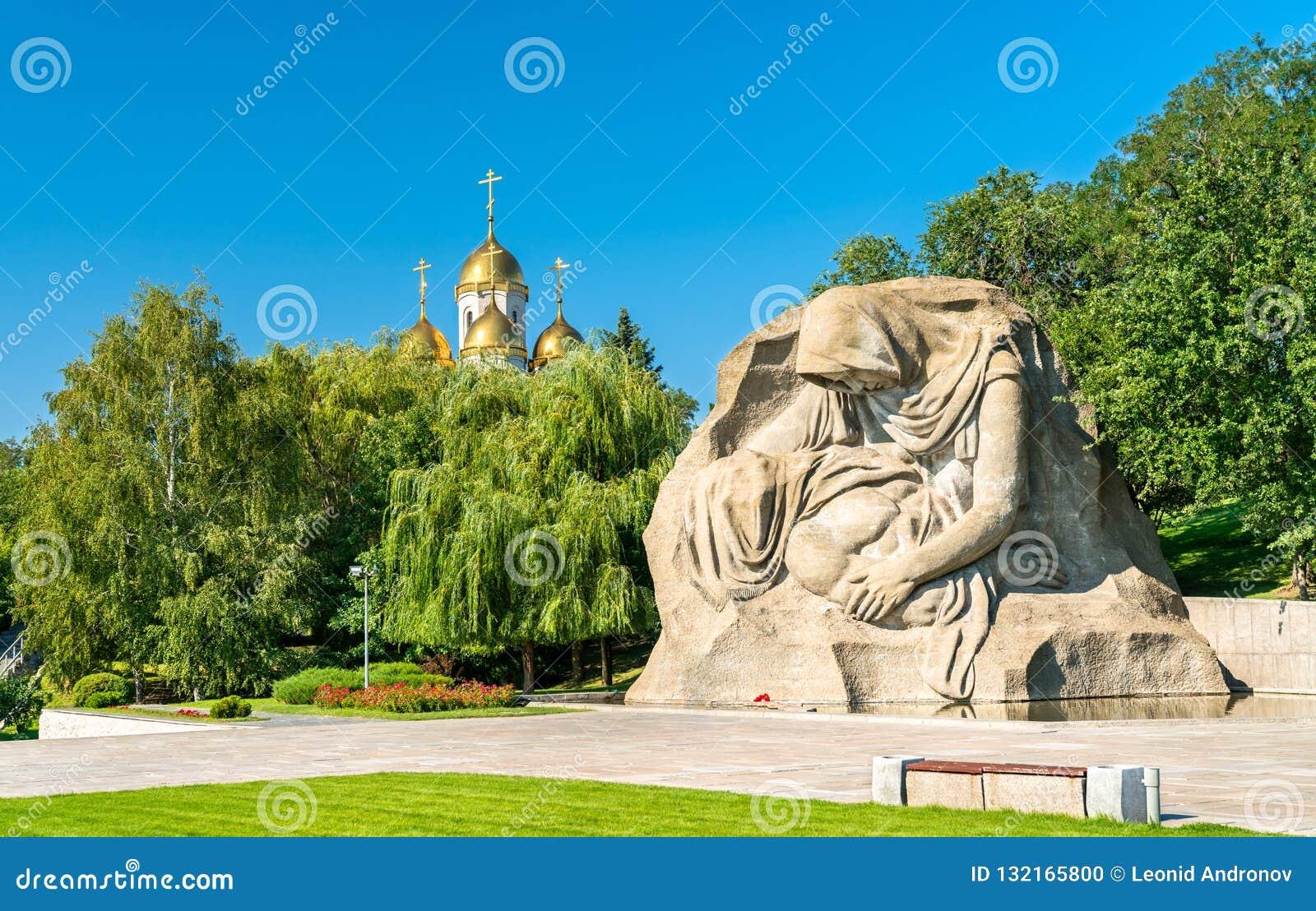 Rozpacza Macierzysta rzeźba i kościół na Mamayev Kurgan w Volgograd, Rosja