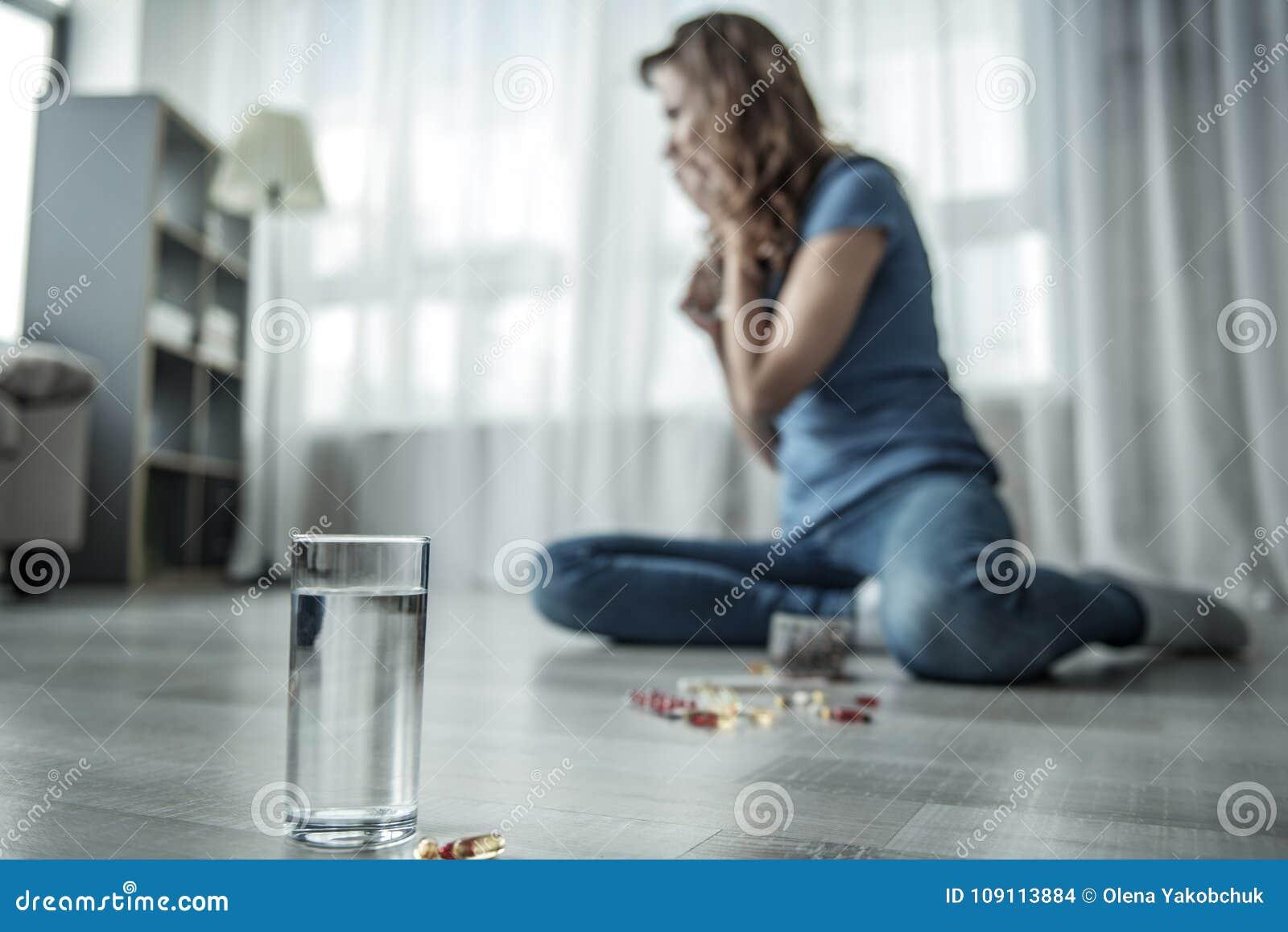 Rozpaczający damy cierpienie od depresji z pigułkami