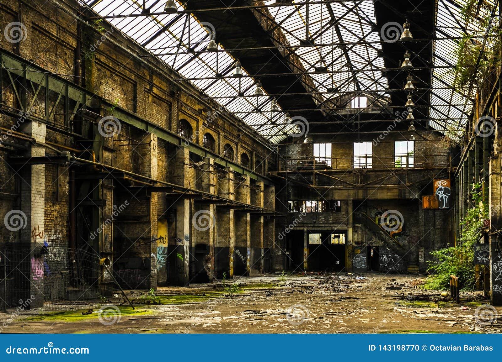 Rozpadowy przemysłowy budynek wśrodku widoku