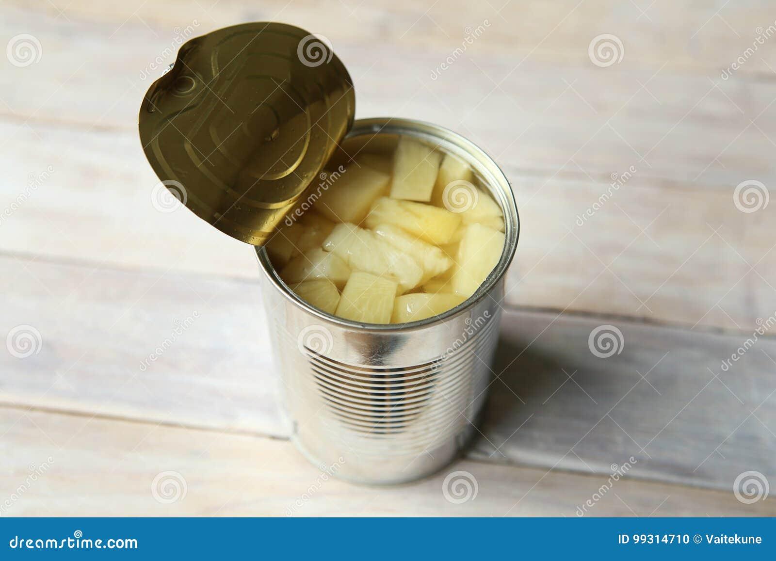 Rozpieczętowana blaszana puszka konserwować ananasowi kawałki