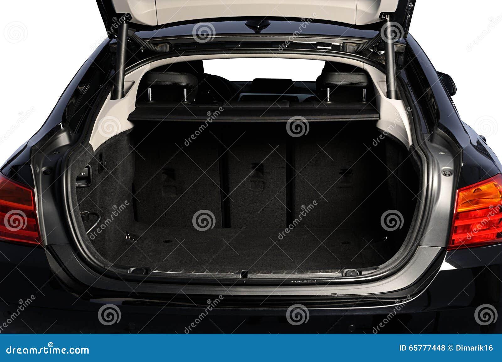 Rozpieczętowanego samochodu pusty bagażnik