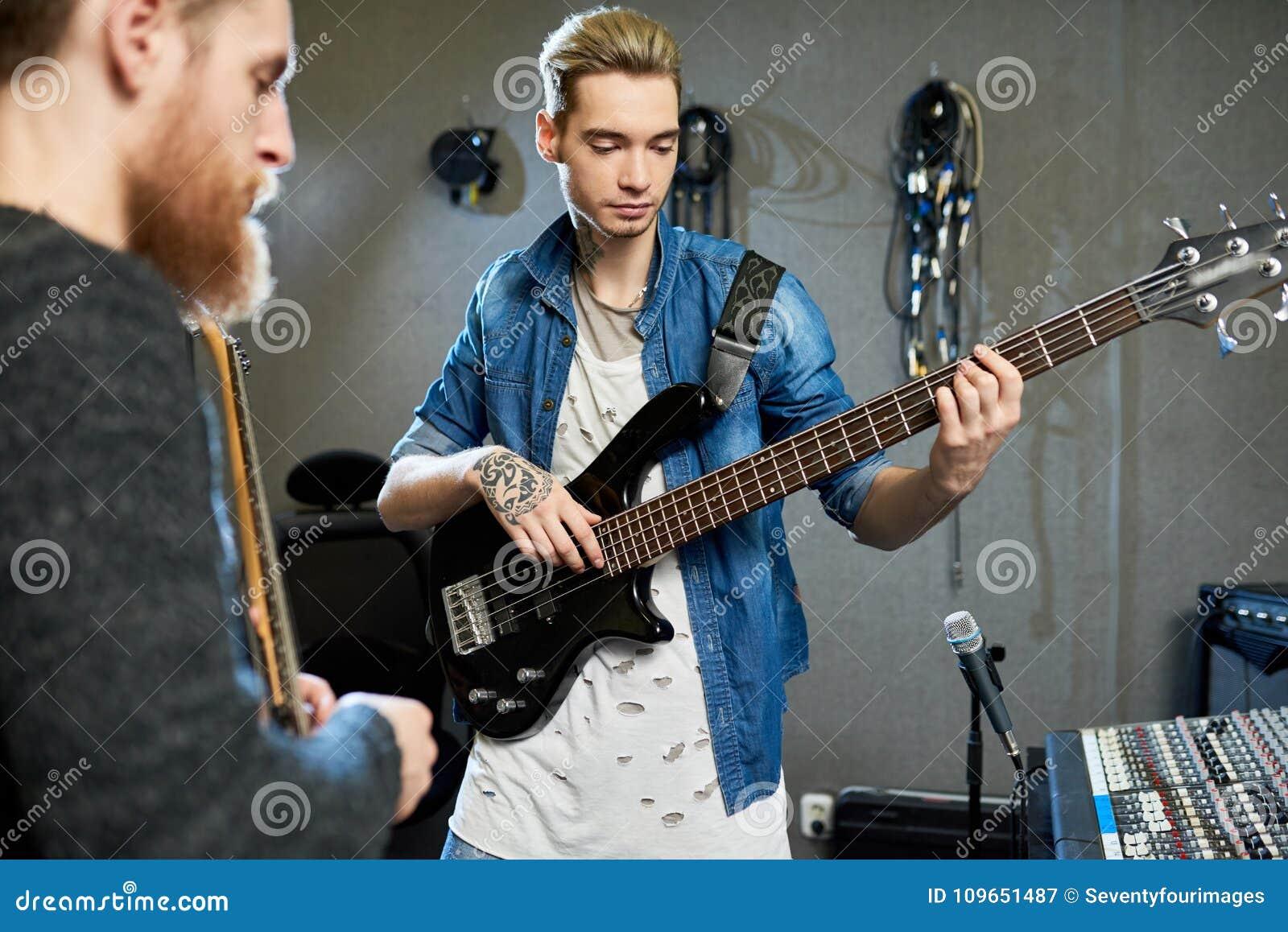 Rozsądny dyrektor produkujący nowego album młody muzyk