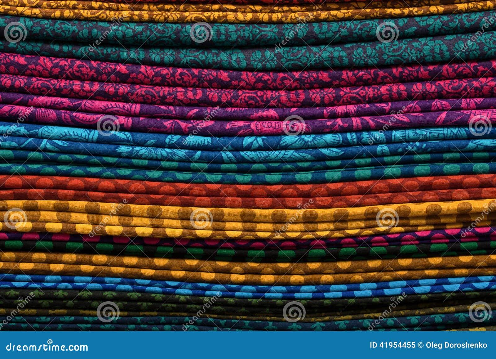 Rozsypisko sukienne tkaniny przy miejscowego rynkiem w India