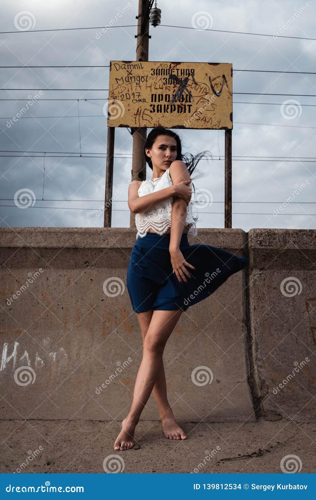 Rozważna zaakcentowana młoda kobieta z bałaganem w jej głowie